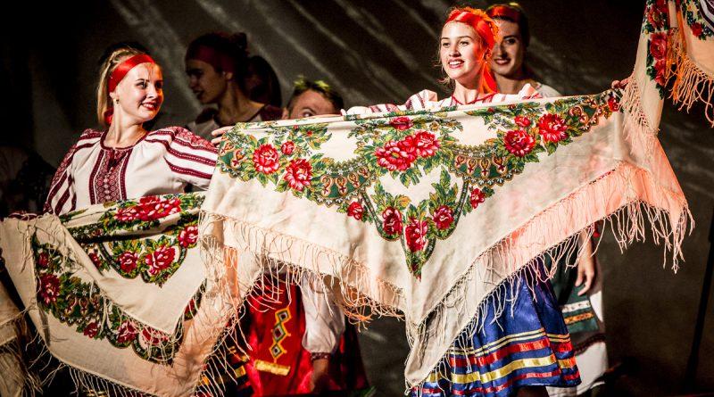 Főtéren a világ színei táncban és muzsikában