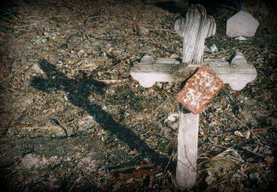 Mesélő fakeresztek